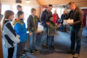 VSKs formand overrækker vinderkrus til styrmand Mark og hans besætning.